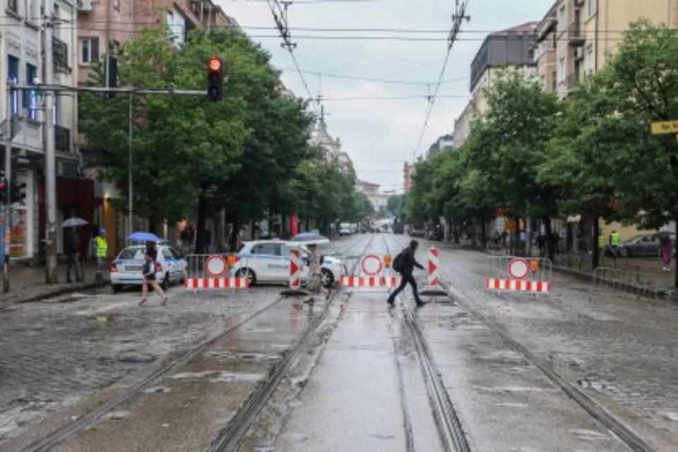 "Слагат асфалт на булевард ""Княз Александър Дондуков"""