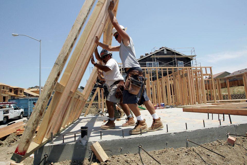 Строителството расте на месечна база