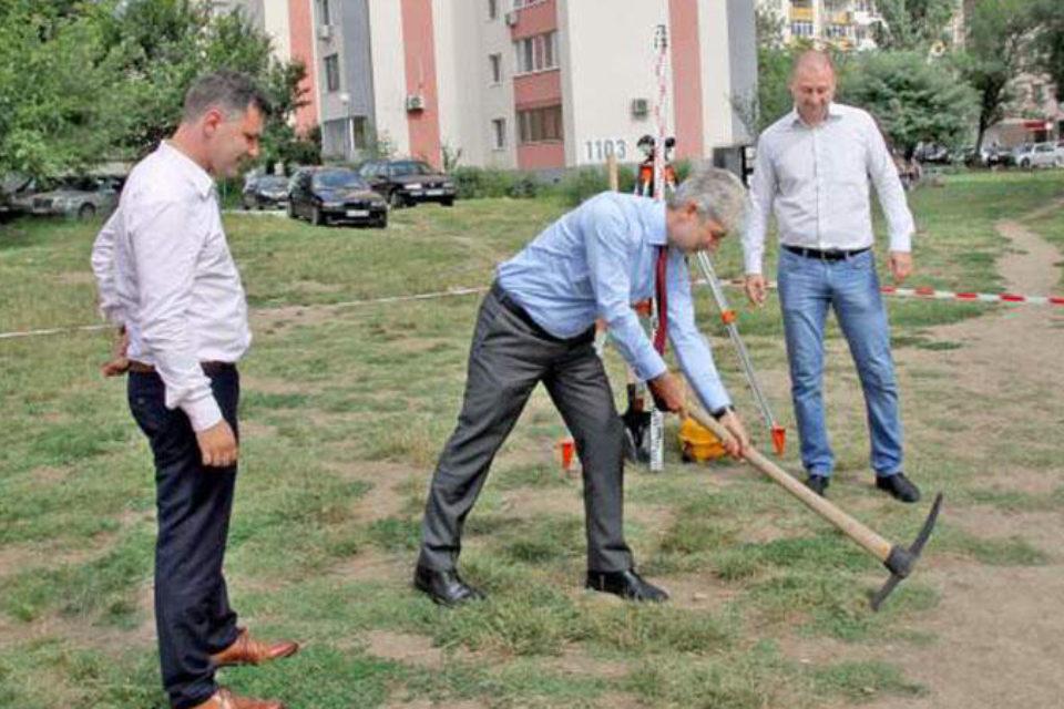 Министър Димов направи първа копка на спортна площадка в Пловдив