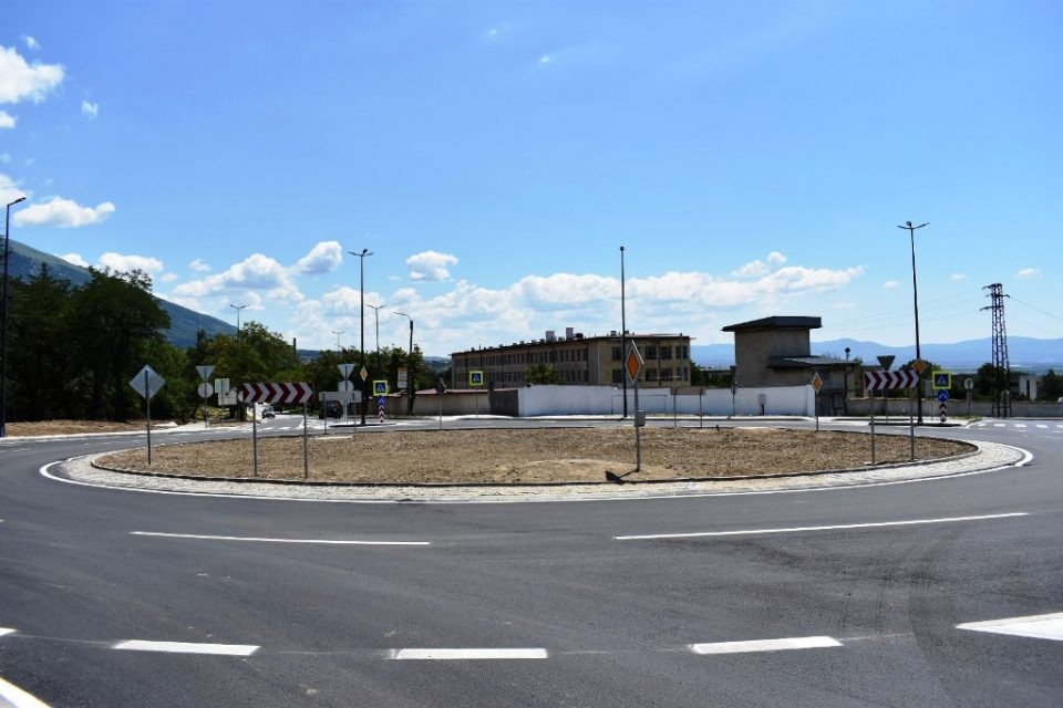 Завърши изграждането на кръговото кръстовище на Подбалканския път I-6, при входа на град Карлово