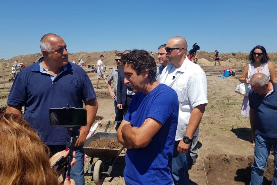 """Премиерът Бойко Борисов инспектира строителните дейности по изграждането на АМ """"Хемус"""" в участъка между пътните възли """"Белокопитово"""" и """"Буховци"""""""